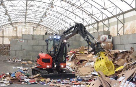 Kierrätysmateriaalien läjitys varastohallien sisällä